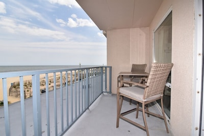 Balcony with hightop chairs & table