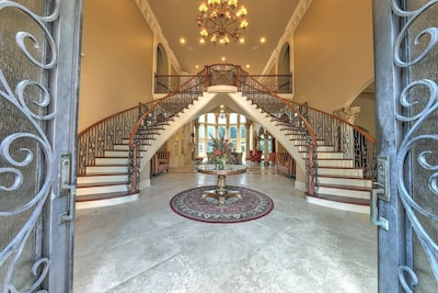Breathtaking entrance with a double staircase