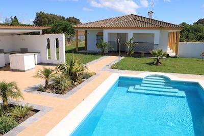 Casa de campo en una gran parcela con piscina, sauna y bonita zona exterior.