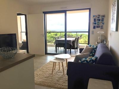 Salon avec canapé-lit pour deux personnes, TV écran plat et lecteur Blue-Ray