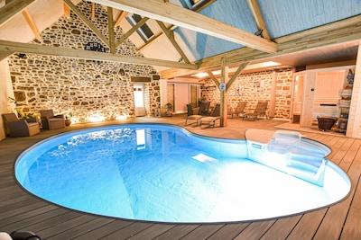 piscine intérieur couverte chauffé a 30 toute l'annee, spa