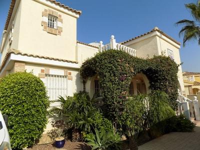 Villa de 6 dormitorios con piscina privada, 4 baños, wifi, aire acondicionado, TV.