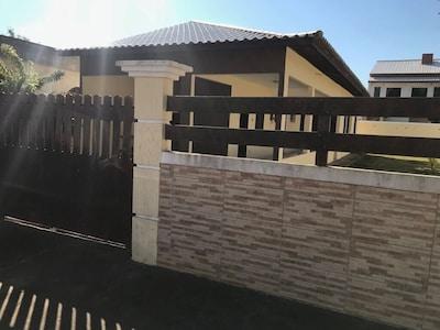 Casa em local tranquilo com piscina.