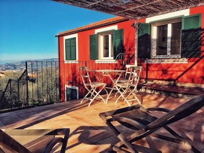 La terrazza dell'appartamento con una bella vista sul golfo di Imperia