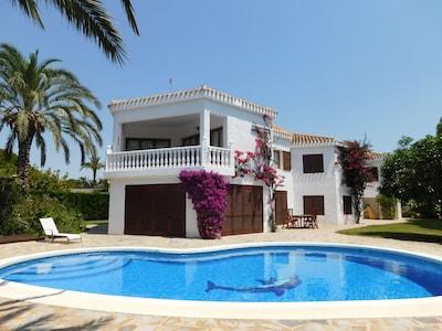 Eine wunderbare geräumige Strandvilla in Cabo Roig mit Meerblick Swimmingpool