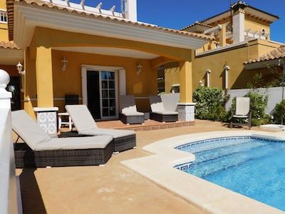 Fantastische Strandvilla in La Zenia, Full Air Con, 4 Betten für 10 Personen Privater Pool