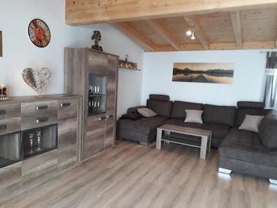 Ferienwohnung in Südhanglage mit großem Balkon und wunderbarer Fernsicht-Wohnraum