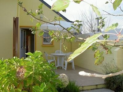 la terrasse avec le salon de jardin