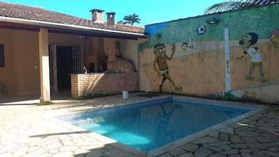 Casa ideal enseada Ubatuba- 3 suítes piscina e churrasqueira 3 min da praia.