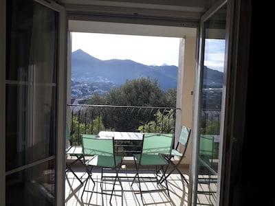 la terrasse  avec vue cote  montagne equipee de mobilier de jardin pour le repas