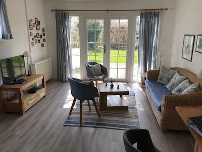 Wohnzimmer mit Blick in den großen Garten