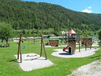 Öffentlicher Raum, Spielplatz, Menschliche Siedlung, Bergstation, Gras, Gebirge, Erholung, Baum, Landschaft, Berg