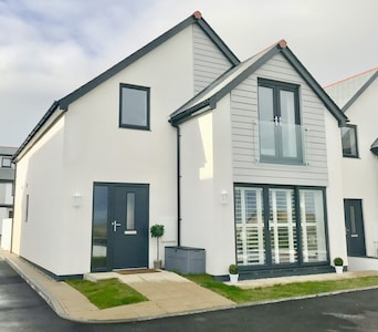 Sleeps 8: Modern, detached house with parking & garden, 3 mins drive to beaches