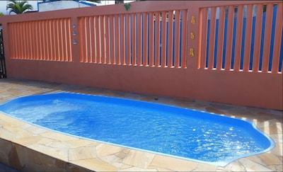 Aconchegante casa com piscina a 100m da praia e a 5 minutos do Centro!