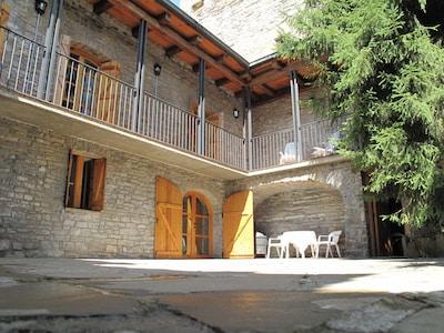 Acogedora y soleada Casa Rural Biescas con chimeneas, catalogada