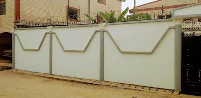 grande barrière avec portail et gardien