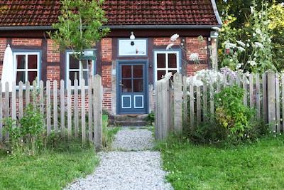 Der Weg zum Haus durch ein kleines Gartentörchen.