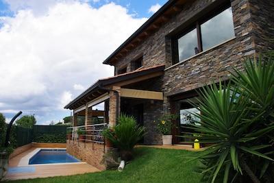 casa de nueva construcción acabados de lujo de 3 plantas 145metros y  piscina