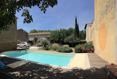 Casa rural con casa de huéspedes separada debajo del castillo con piscina, jardín y estacionamiento