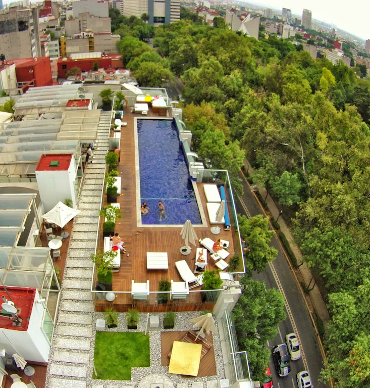 VRBO Mexico City: Rooftop pool overlooking the a large park