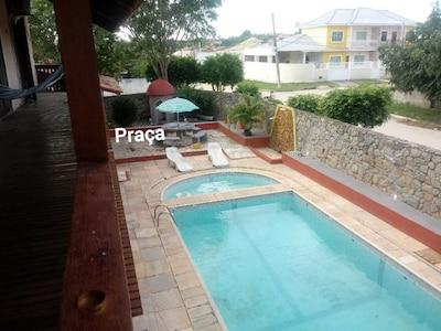 Casa com  2 suites,  piscinas uma de adulto e  uma infantil.