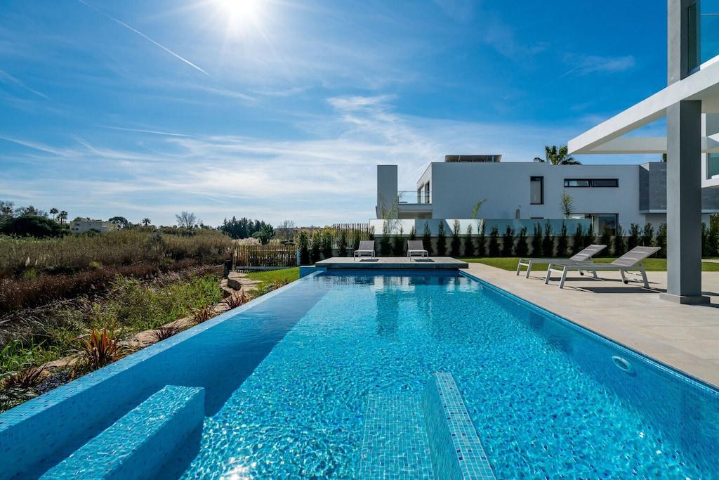 Modern villa with spectacular pool located near Praia da Falesia, the best beach in portugal for families