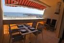 Terrasse avec vue sur la mer, la plage et le port de Palavas.