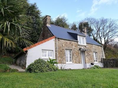 Les Bruyères, maison de 70m2 avec extérieur et place de parking.