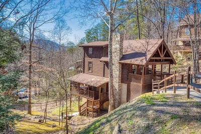 """""""Horse Shoe"""" Cabin 5 Minutes to Dollywood w Hot Tub. Near all the attractions"""