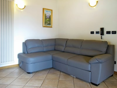 Möbel, Couch, Zimmer, Wohnzimmer, Fussboden, Eigentum, Schlafsofa, Öffentlicher Raum, Interior Design, Menschliche Siedlung
