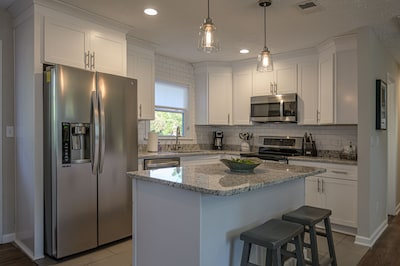 Modern spacious remodeled eat in kitchen island.