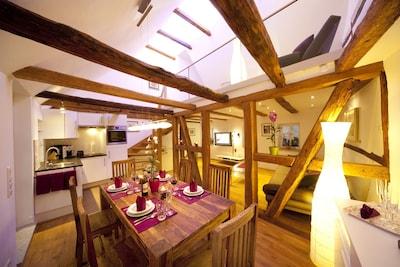 """Ferienhaus """"die710"""" mit Whirlwanne und Balkon-Der gemütliche Wohn-Essbereich lädt zum Verweilen ein"""