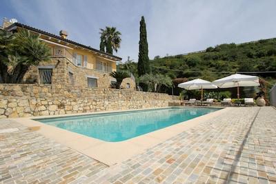 Appartamento in villa con piscina e giardino.  CODICE CITRA : 008008- LT -0320