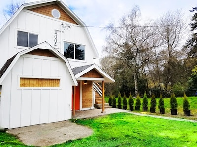 Newly Remodeled  Cottage  Apartment Mins from the Airport