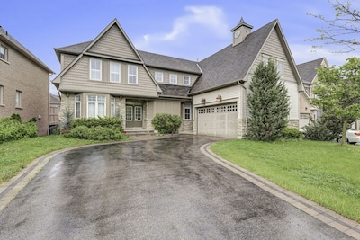 Beautiful 5 BR Home In Oshawa, 40 Mins Toronto , Near 407 & 401, 15 Slps