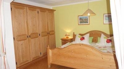 Ferienwohnung 40qm, Schlafzimmer durch Rundbogen getrennt, Gartenzugang-Schlafzimmer Ferienwohnung Rabe