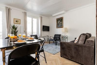 The open-plan living and dining area/Le salon et la salle à manger