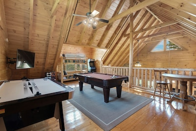 Bear Walker Lodge - Luxury Cabin, 2bd/2ba+Twin Bunks, Gated, Pools, Mini-Golf