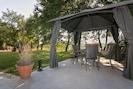 Ueberdachte Sitzbereich im Garten