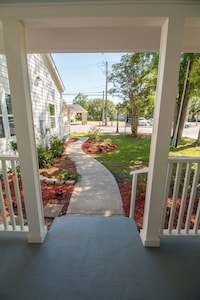 Lighthouse Cottage the perfect Ocean Springs location by restaurants & shopping!