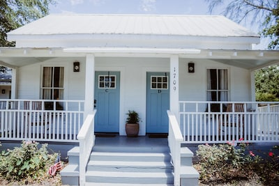 Magnolia Cottage - the perfect Ocean Springs location by restaurants & shopping!