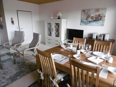 Der Esstisch kann für 6 Personen erweitert werden.