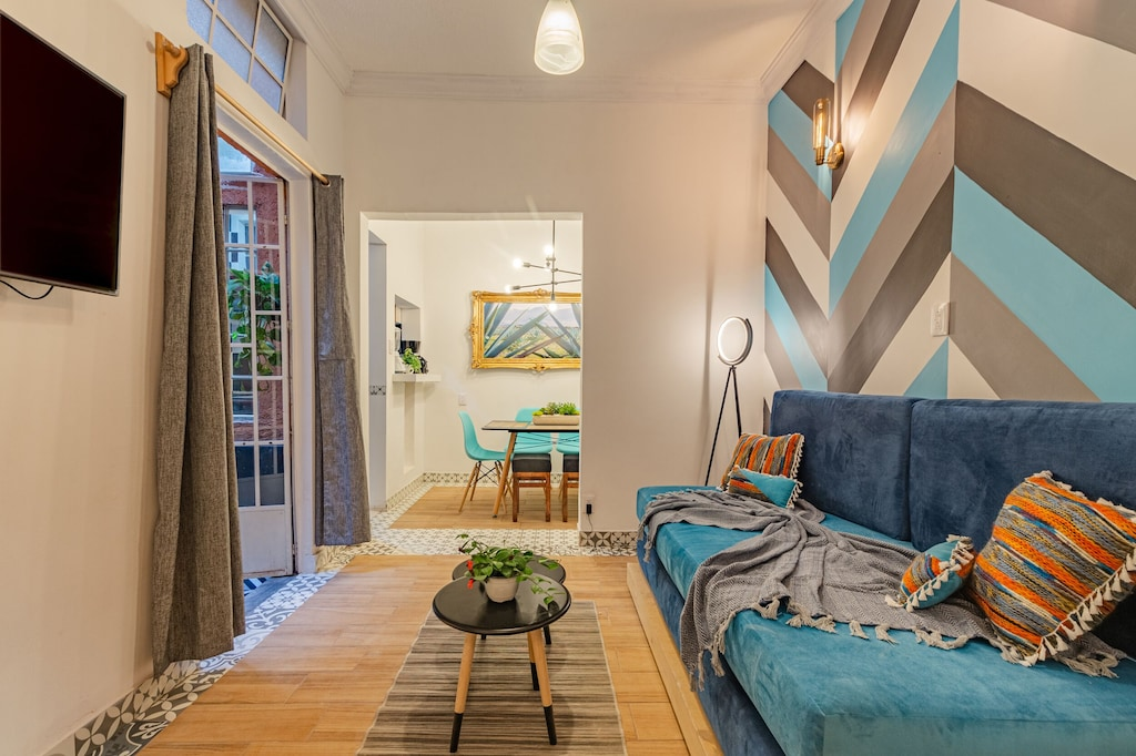 VRBO Mexico City: Modern apartment with striped walls, sofa, TV