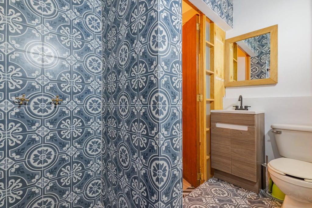 VRBO Mexico City: Bathroom with tilework