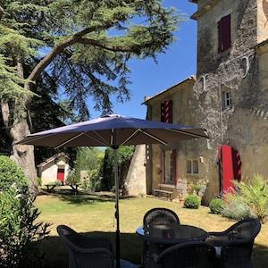 Jardin privatif du Castel et son cédre - Capacité pour 6 personnes -