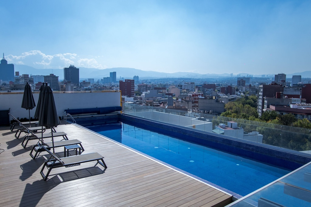 VRBO Mexico City: Rooftop pool with view of the city and a park below