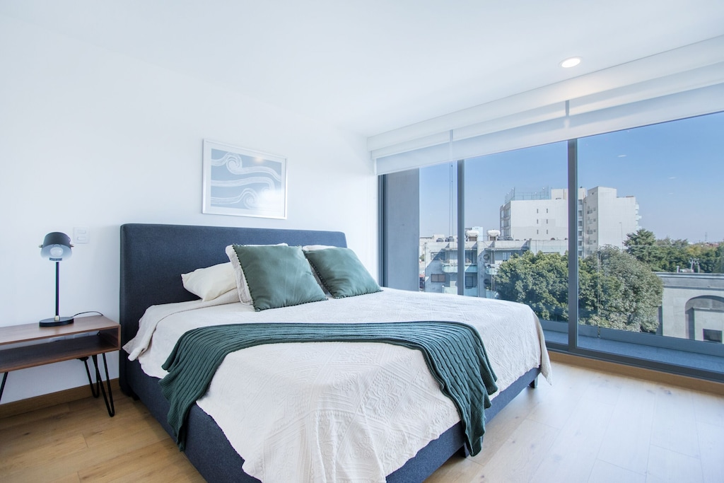 VRBO Mexico City: Apartment with a bed and large windows overlooking the city