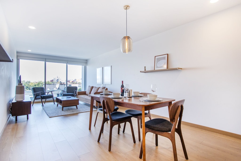 VRBO Mexico City: Kitchen table and living room furniture