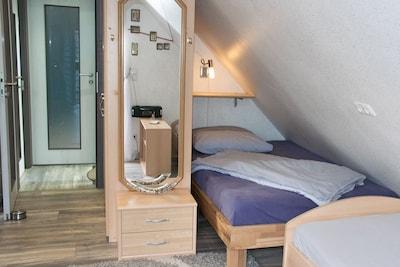 Einzelzimmer 1 mit zwei Einzelbetten. Gegenüber das Einzelzimmer 2.