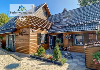 Kaiser's Landhaus mit Vorterrasse. Im begrünten Innenhof Grillen im Feuerkorb.